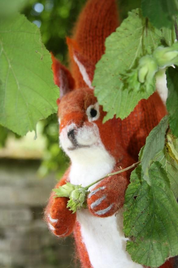 écureuil en laine feutrée et tricot